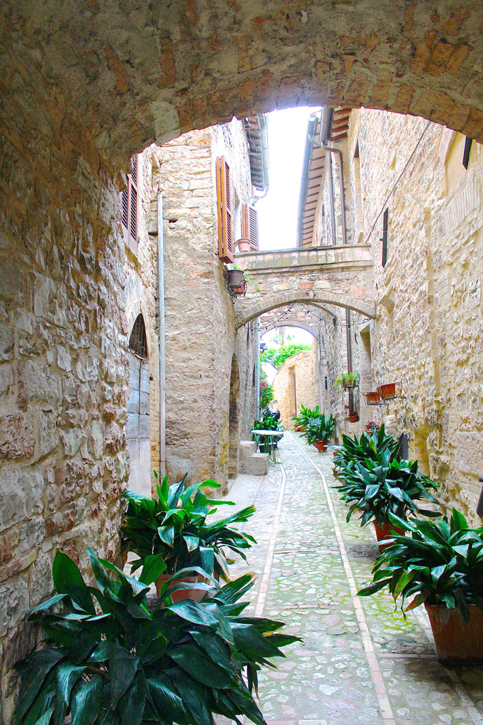 Spello-things-to-do-Alleyway-2